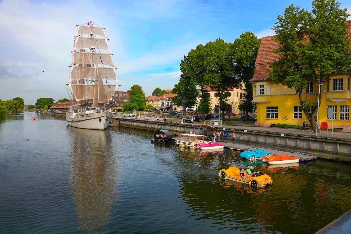 Bunte Tretboote und das Restaurantschiff Medianas