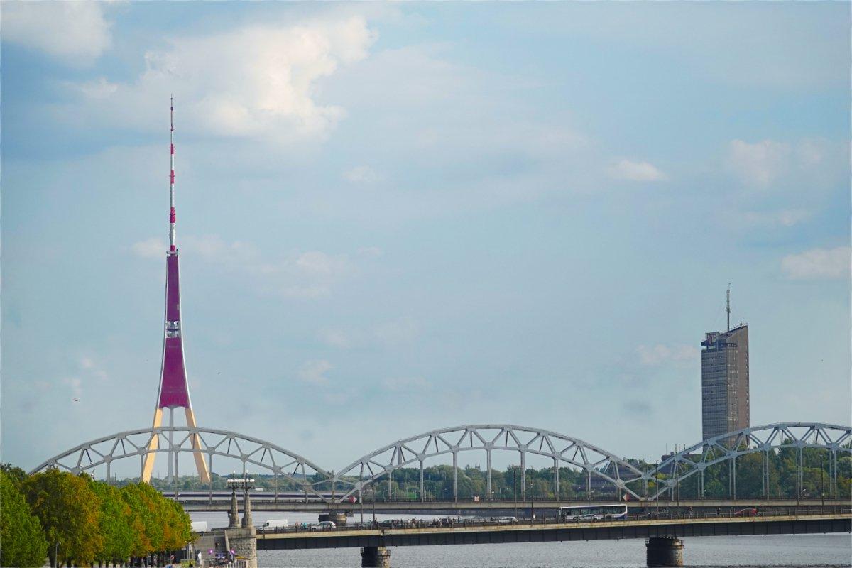 Funkturm und Eisenbahnbrücke über die Dougava