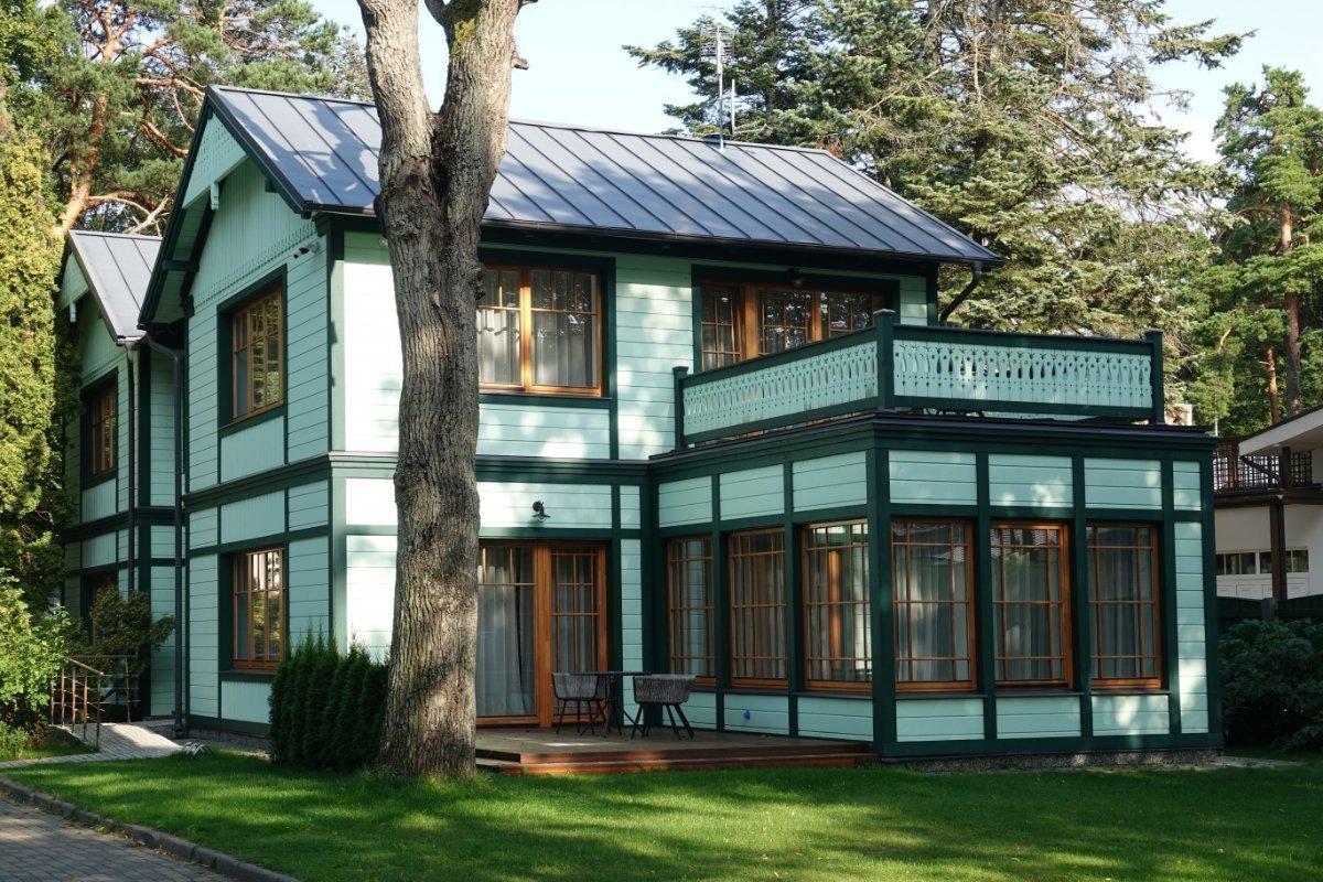 Grünes Holzhaus im Grünen