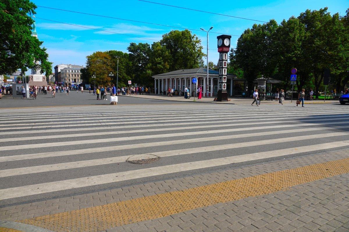 Riesige Zebrastreifen vor dem Friedensplatz