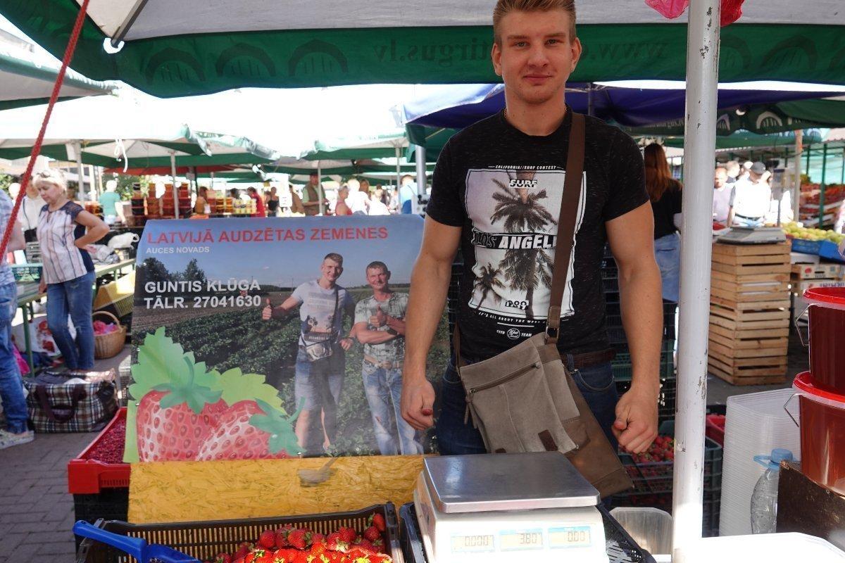 Jungbauer präsentiert stolz seine Erdbeeren