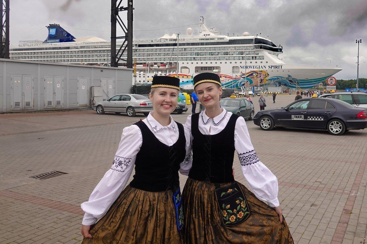 Litauische Mädchen in Tracht vor der Norwegian Spirit