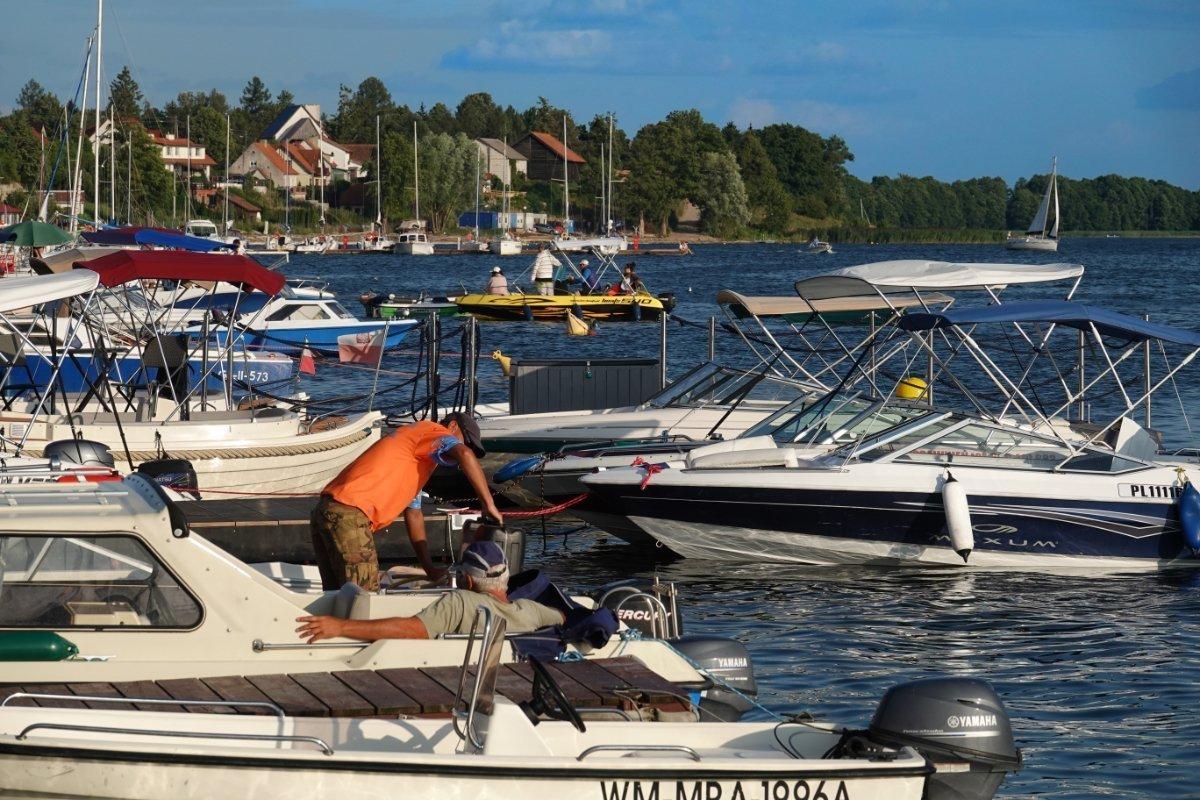 Mietmotorboote warten auf Kunden