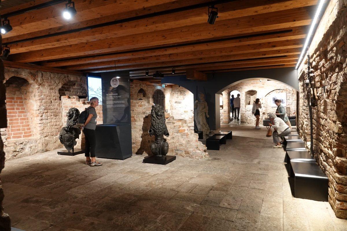 Originalfundamente in den Gewölben des SChwarzhäupterhauses