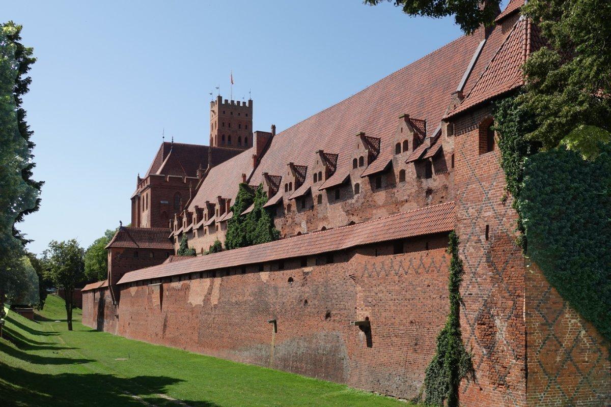 Ostseite der Marienburg und Burggraben