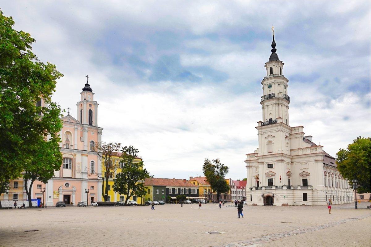 Rathausmarkt mit dem alten Rathaus (rechts) und dem Jesuitenkloster (Links)