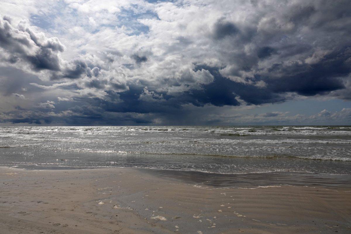 Dunkle Wolken im Anflug am Strand
