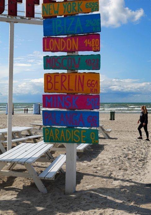 Bunte Schilder an der Strandbar