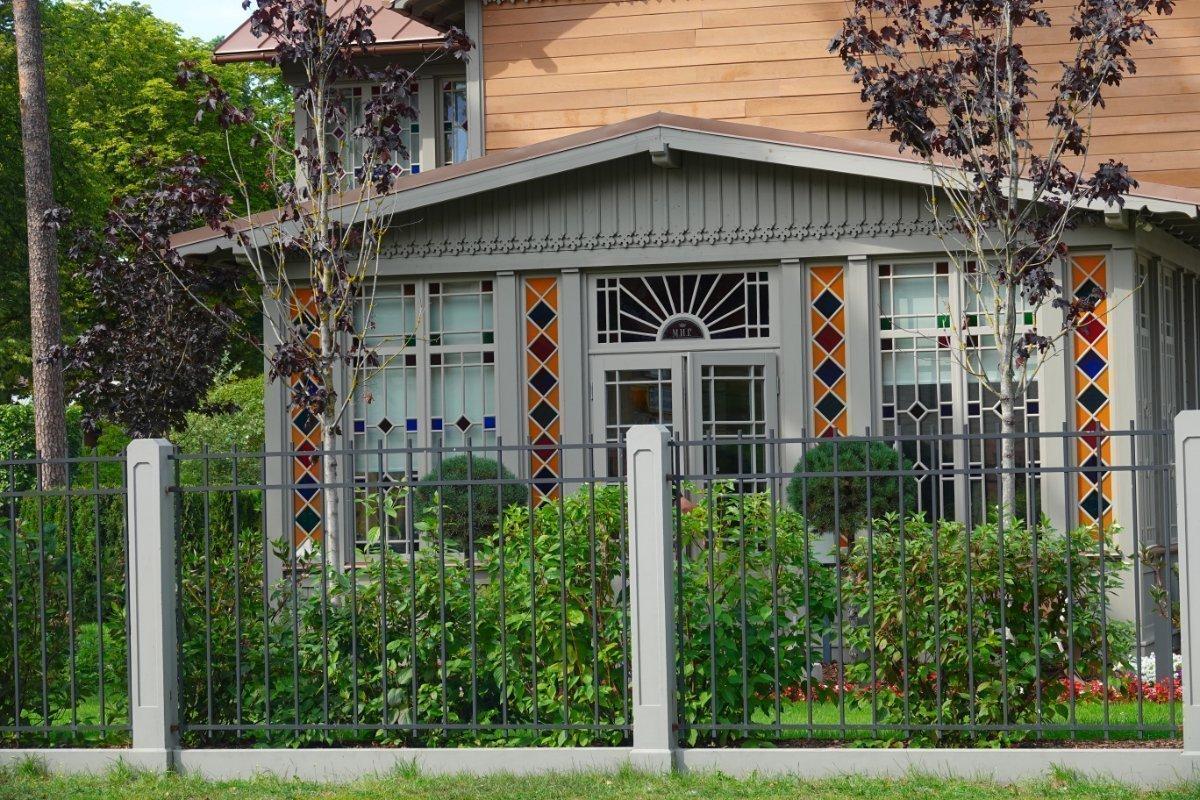 Sehr hübsche Fenster in traditionellem Holzhaus