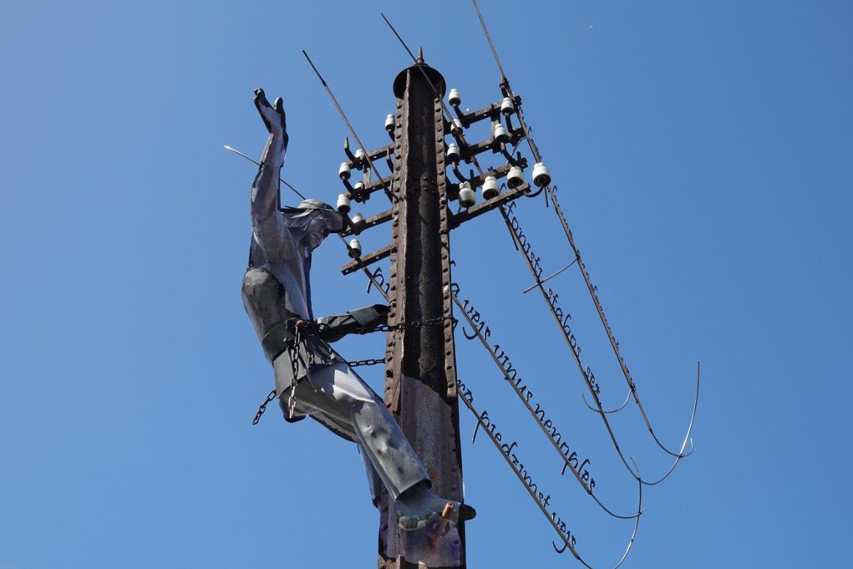 """Statue """"Monteur auf Telegrafenmast"""""""