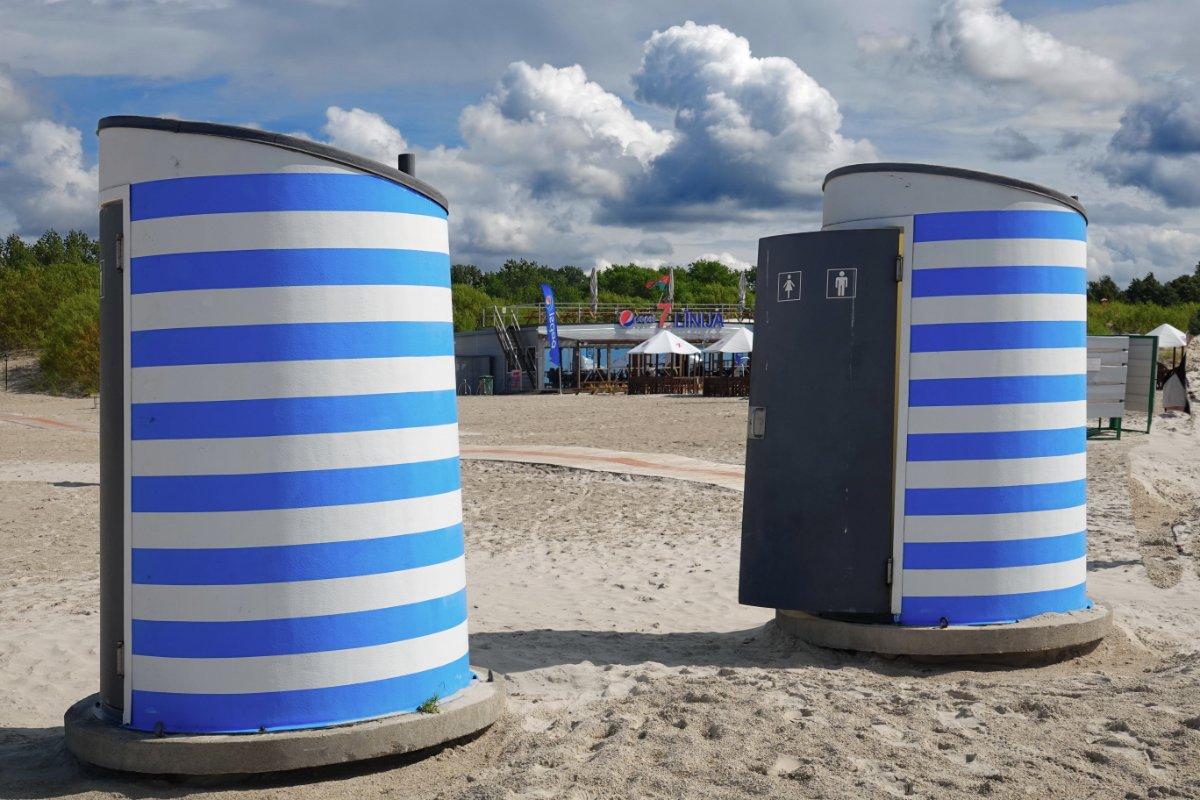 Toilettenhäuschen am Strand