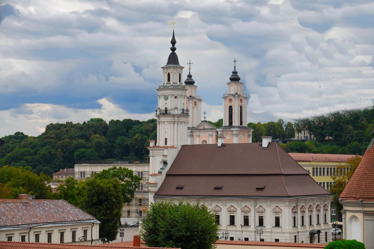 Vorne das Alte Rathaus, im Hintergrund die Türme der Jesuitenkirche