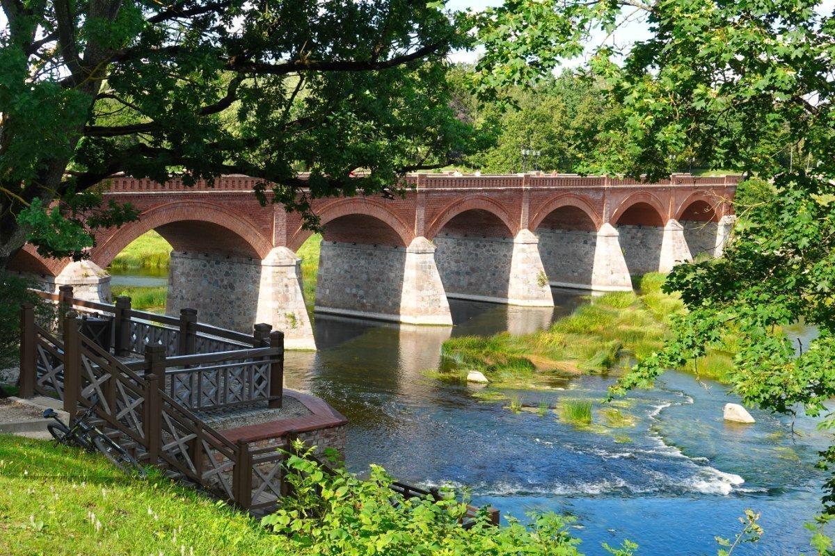 Kuldigas Wahrzeichen, die Alte Steinbrücke