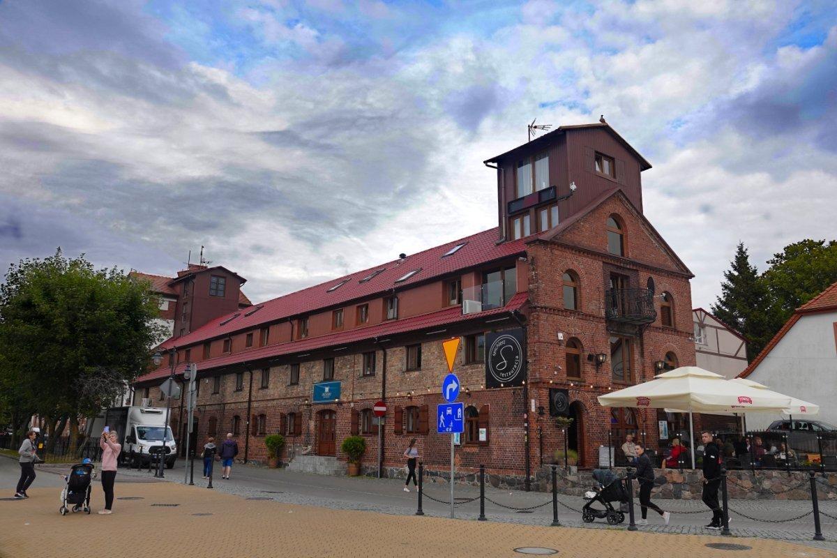 Zum Restaurant umfunktionierte Hafenlagerhalle