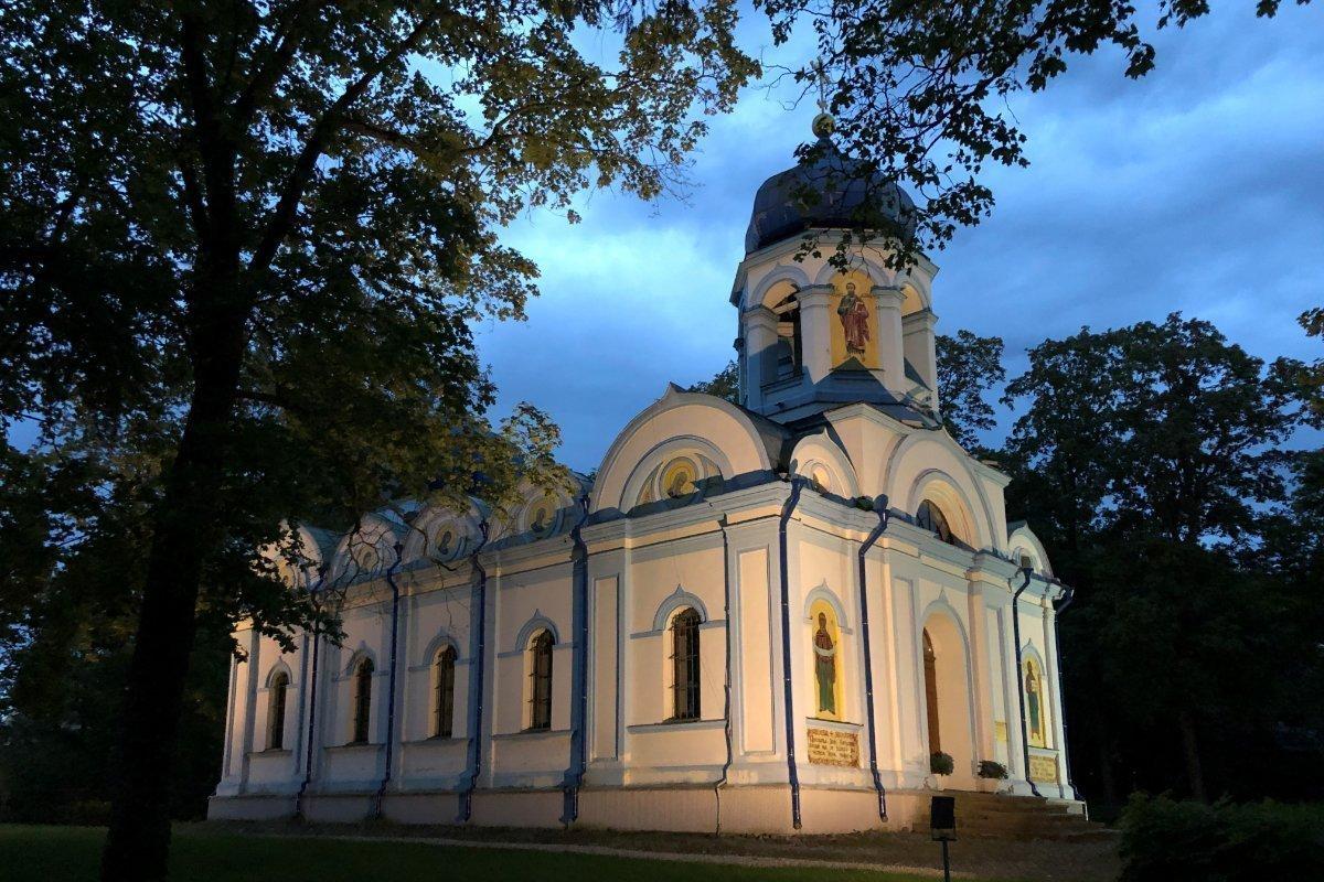 Abendliche Aufnahme von der orthodoxen Kirche
