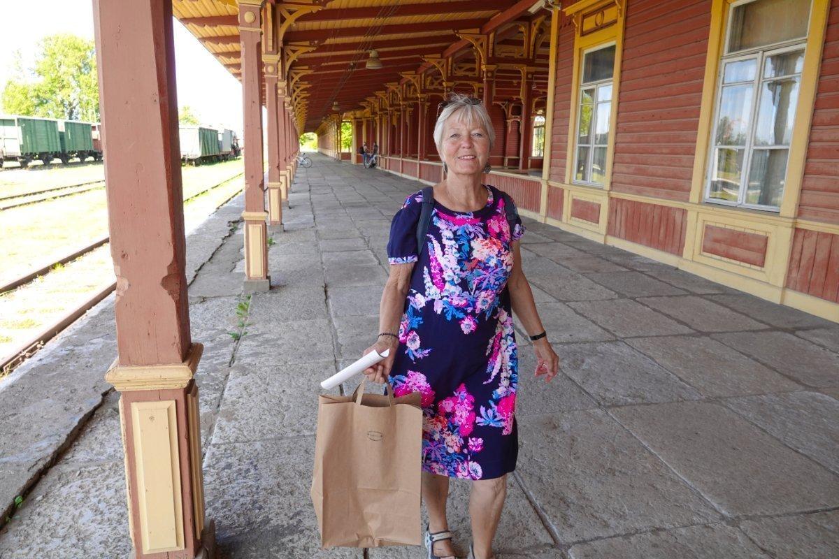 Anne auf dem langen Bahnsteig von Haapsalu