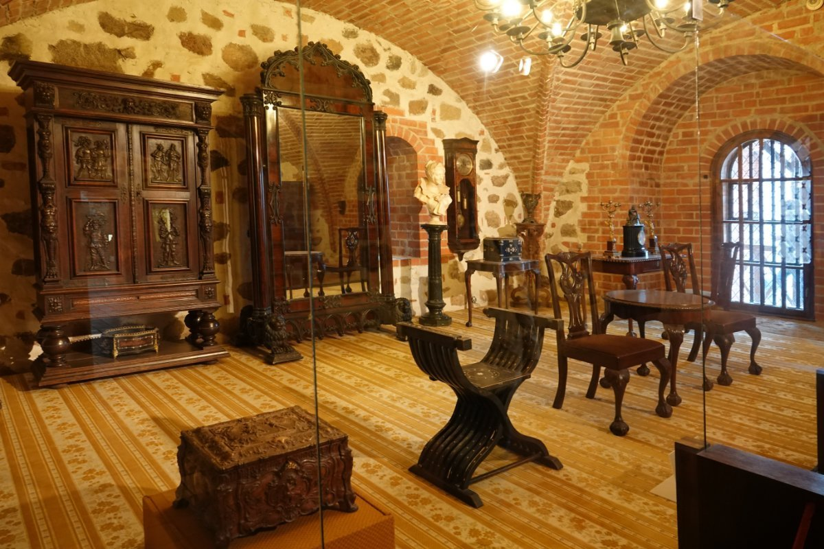 Ausstellung edler Möbel in der Burg