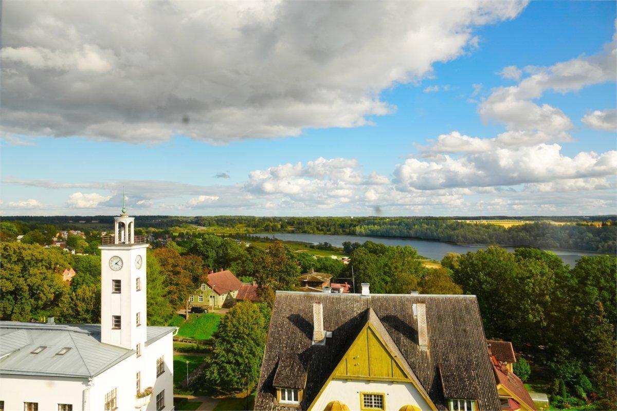 Blick vom Wasserturm auf den Fluss Viljandi