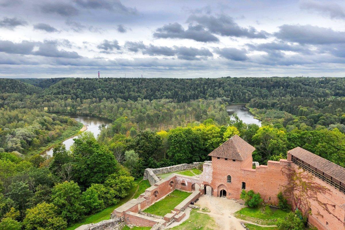 Blick vom Wehrturm auf den Gauja Fluss