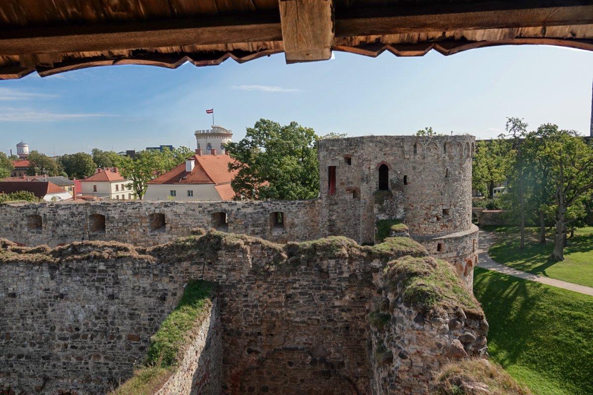 Blick vom Wehrturm auf die Burgruine