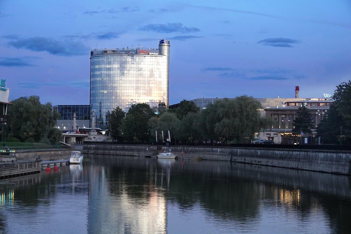 Büroturm spiegelt sich im Fluss