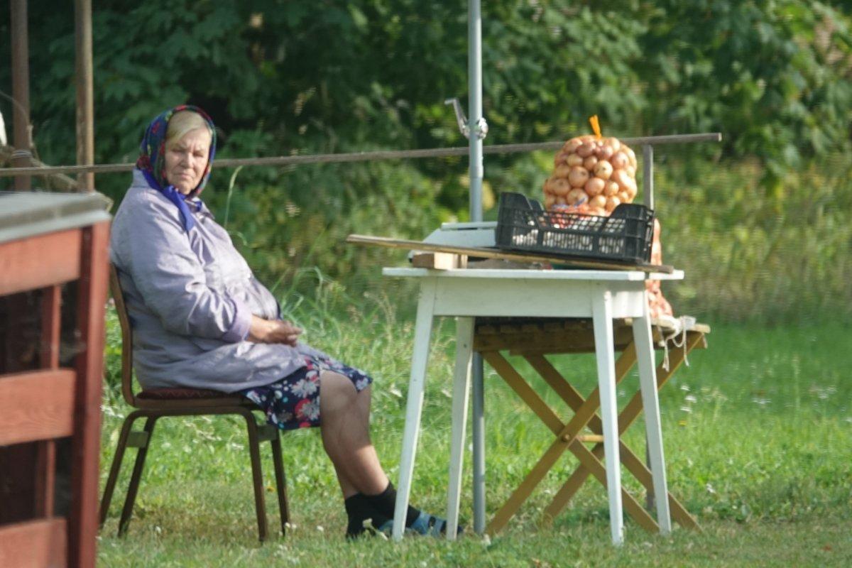 Bäuerin auf Kunden für ihre Zwiebeln wartend