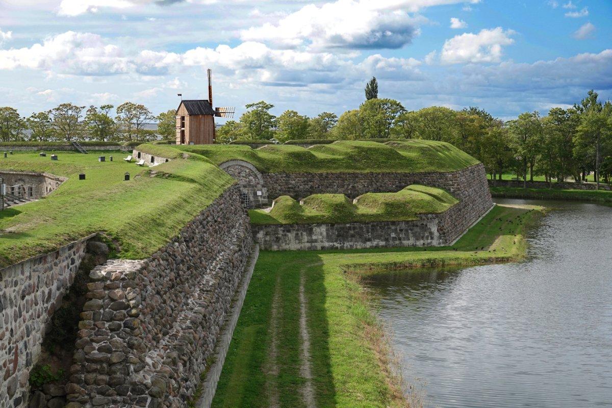 Burggraben und Befestigungswall