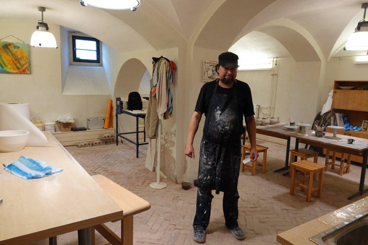 Der Töpfer in seiner Kellerwerkstatt