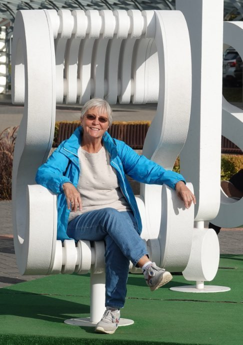 Lustiger Stuhl auf dem Bahnhofsvorplatz