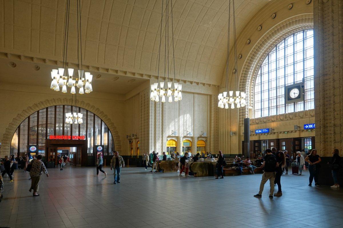 Die große Eingangshalle im Hauptbahnhof