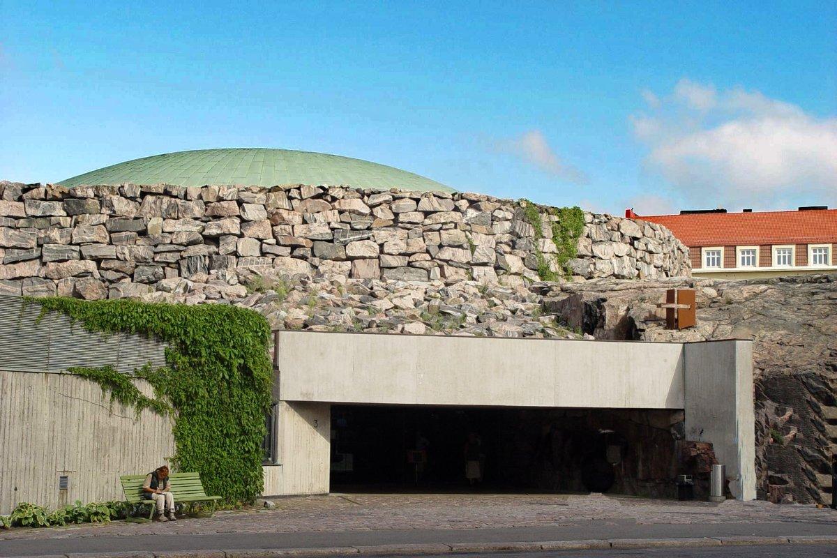Eingang zur Felsenkirche - sieht von außen eher wie ein Bunker aus