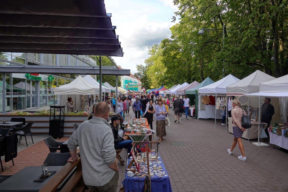 Endlose Reihe von Marktständen in der Küüni Str.