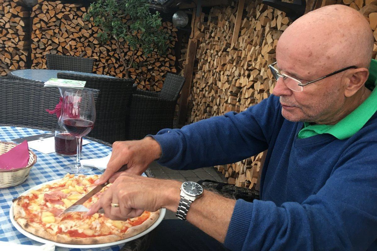 Frederick macht sich über die Pizza her
