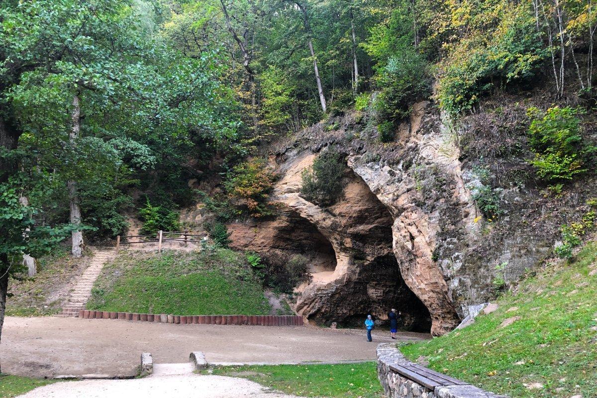 Der Eingang (Mundloch) der Gutsmannshöhle und Anne ganz klein