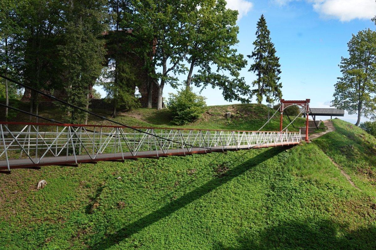 Hängebrücke und Burggraben