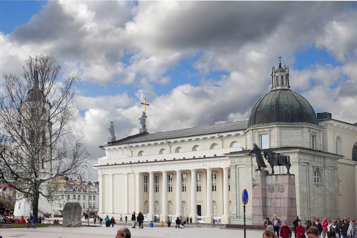 Kathedrale mit separat stehendem Glockenturm