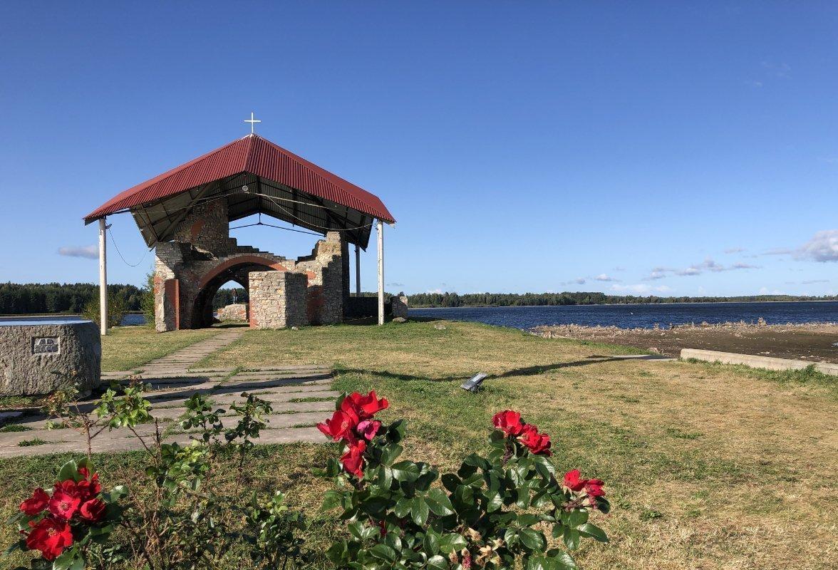 Kirchenruine mit Schutzdach auf der Insel im Stausee