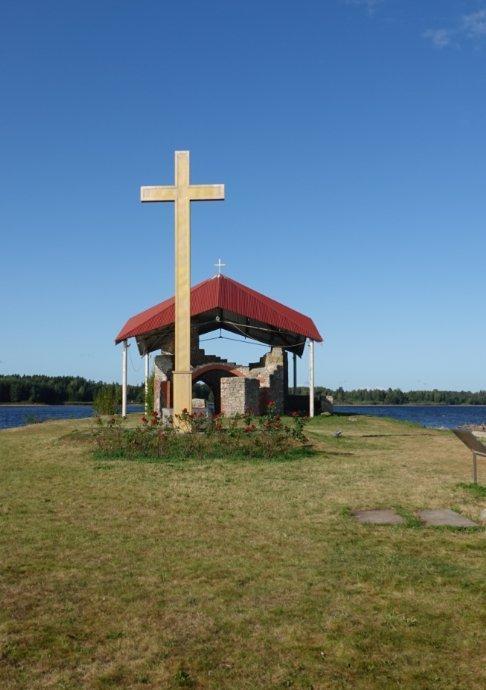 Kirchenruine und Kreuz