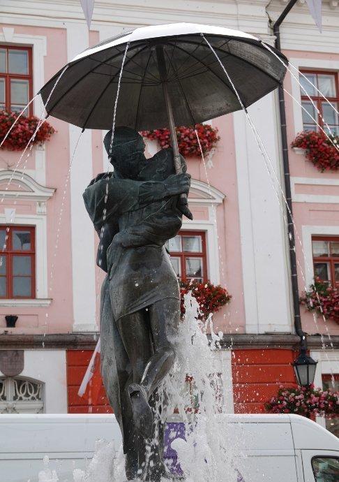 Küssendes Paar vor dem Rathaus