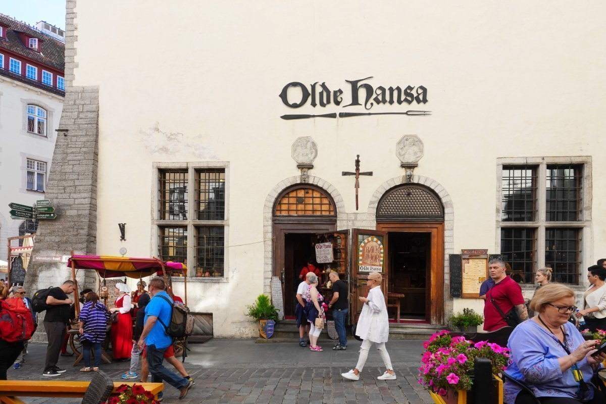 """""""Olde Hansa"""" - Restaurant und Souvenir-Shop - alles mittelalterlich"""