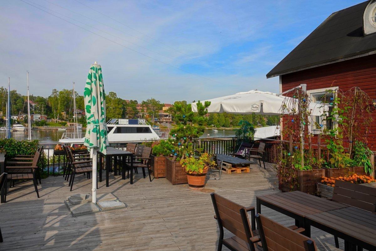 Restaurant am Ufer des Sees