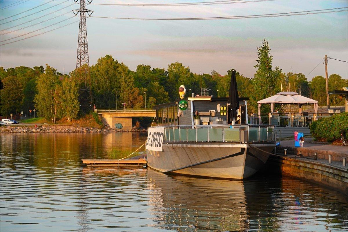 Restaurantboot Torpedo unterhalb unseres Stellplatzes
