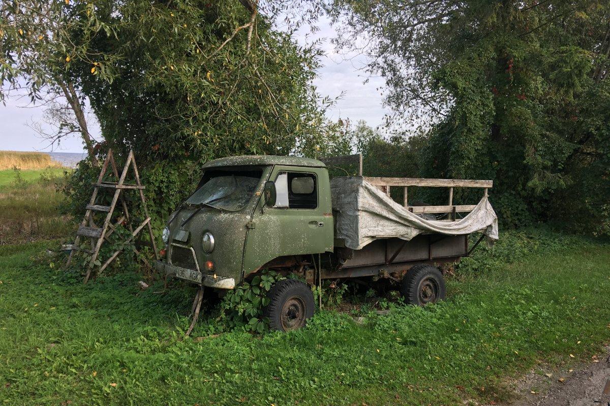 Russischer LKW als Gartendekoration in der Zwiebelstraße