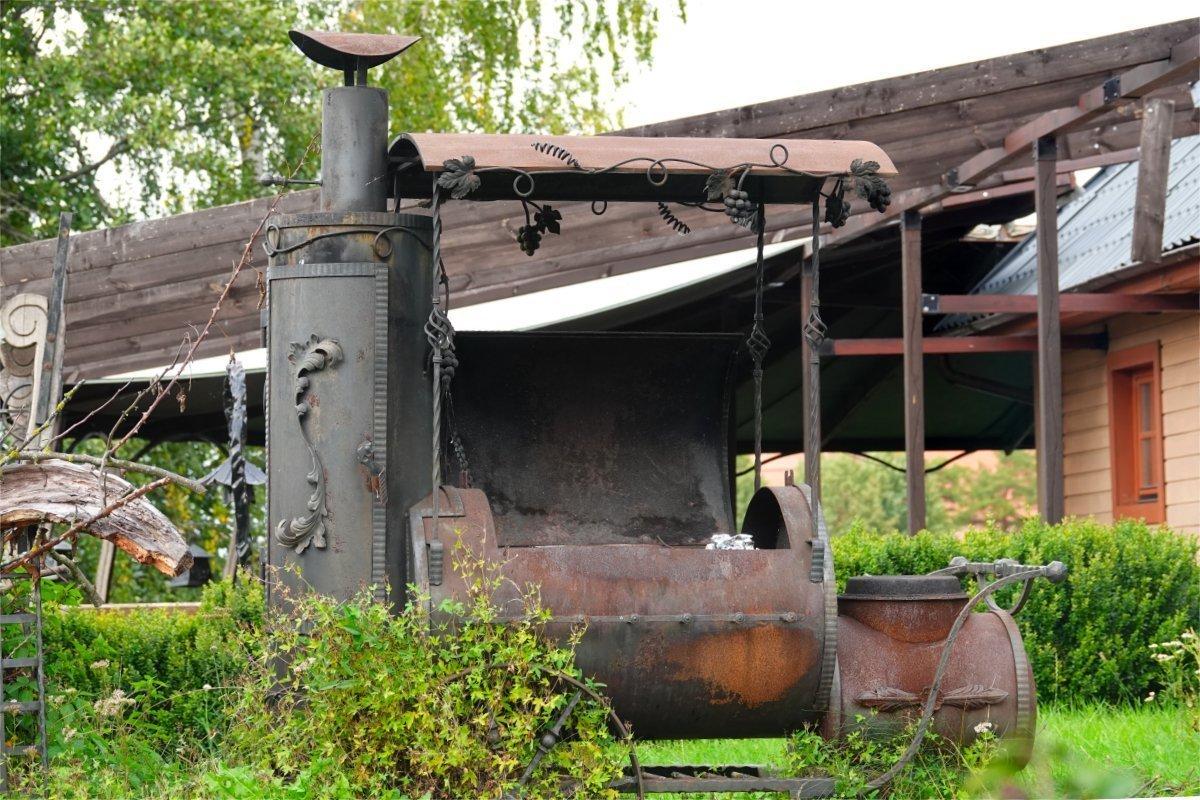 Rustikaler Grill mit integriertem Räucherofen