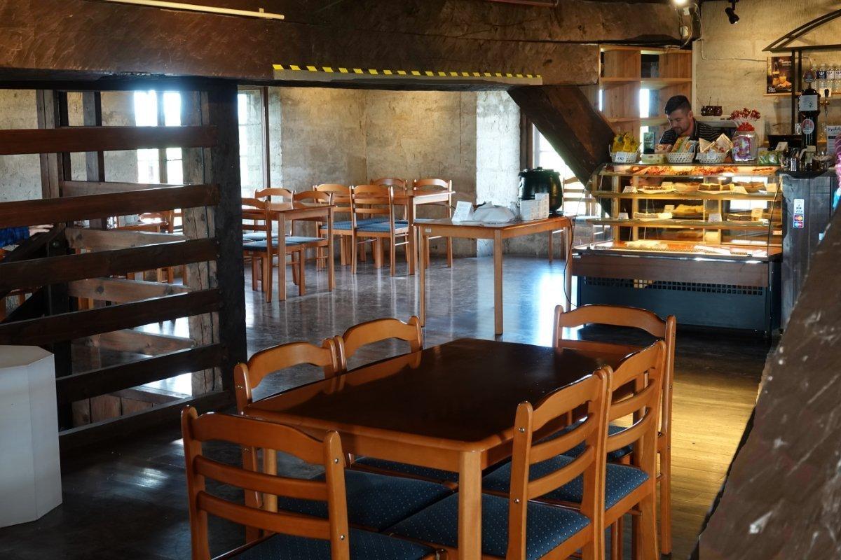 Rustikales Café im Burgturm