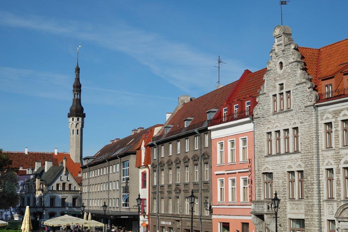 Schlanker Turm auf dem Rathaus und der Rathausmarkt
