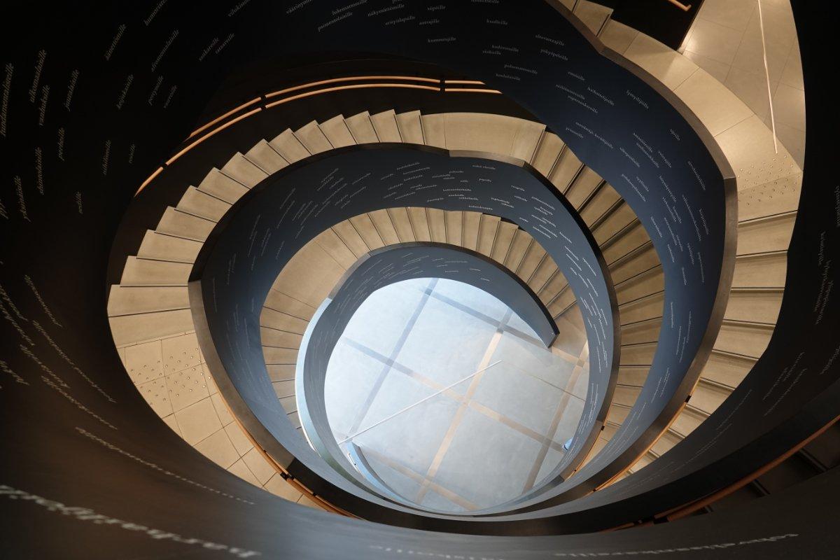Spektakuläre Wendeltreppe in der Bibliothek