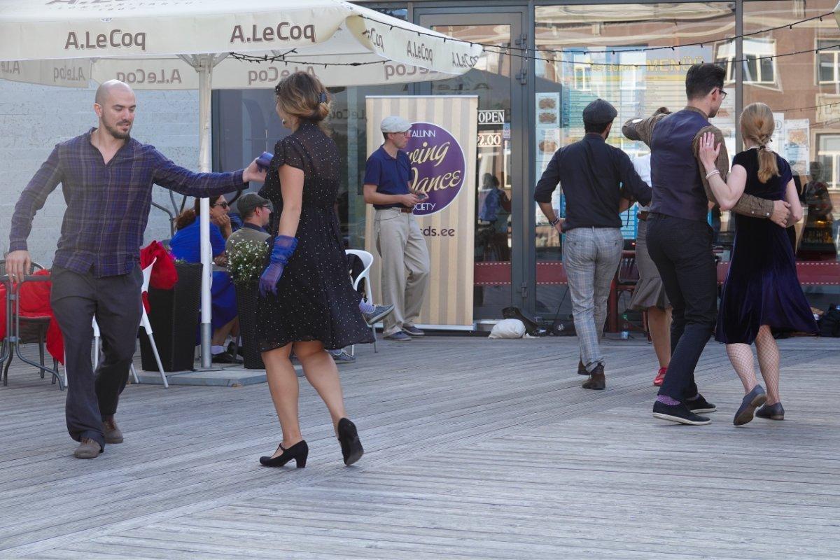 Gekonnter Swing Dance auf einer Freilicht-Tanzfläche