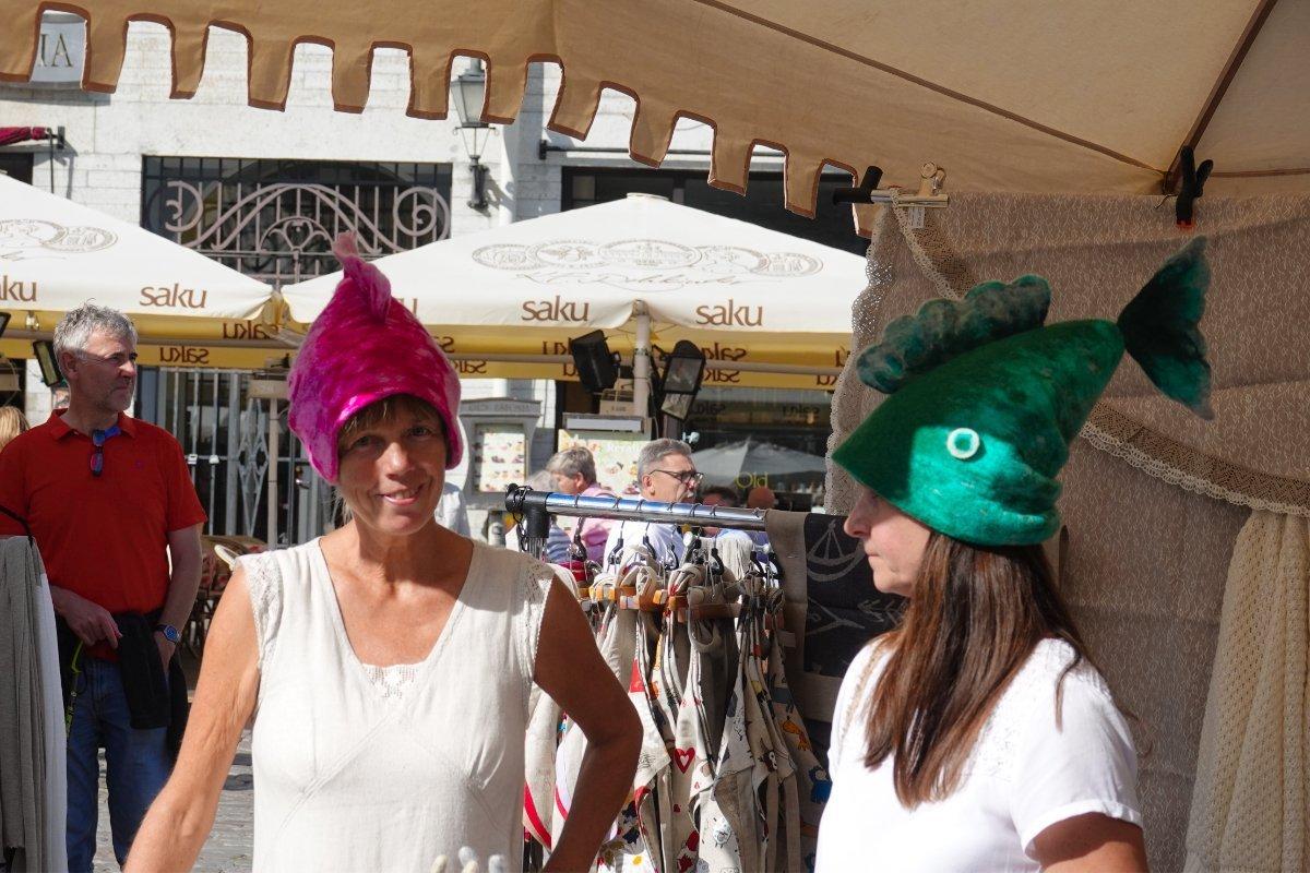 Verkäuferinnen mit lustigen Mützen