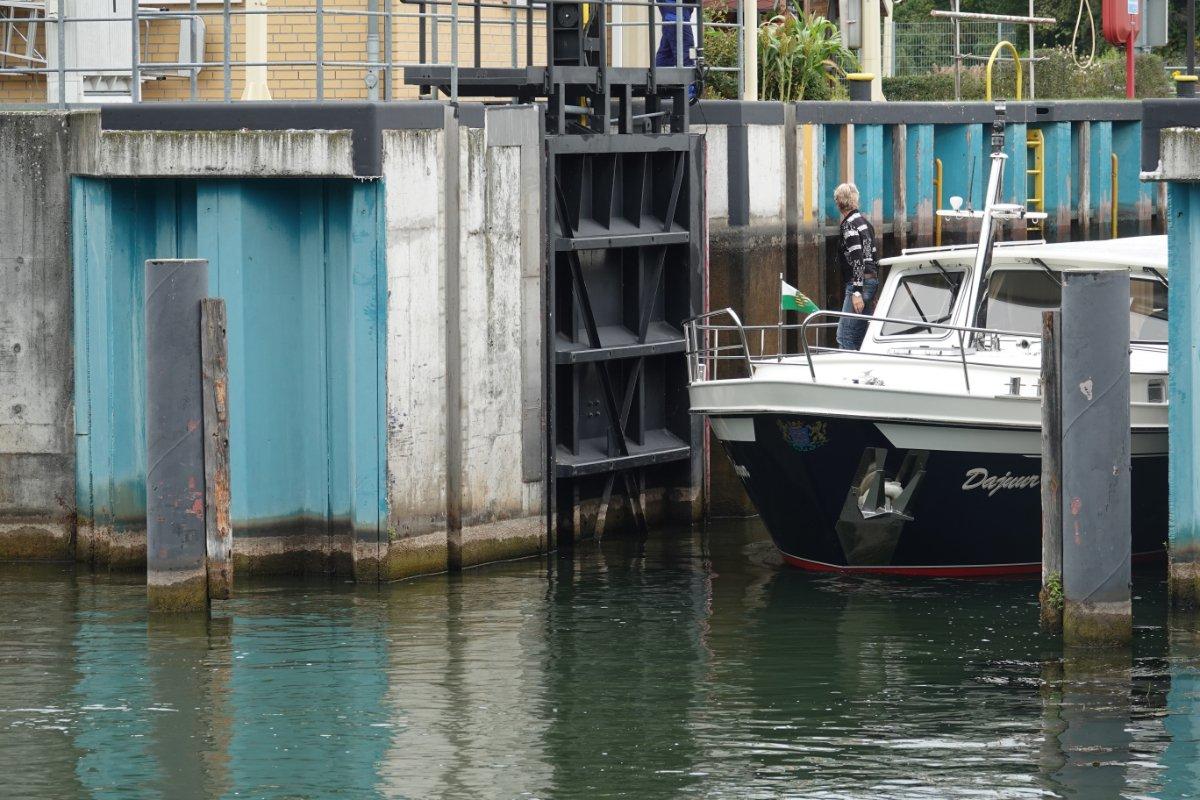 Boot kommt aus der Schleuse
